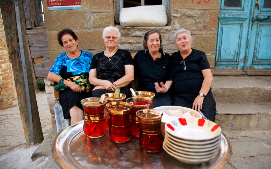 Tea party of Turkish women in the street, you are always welcome!