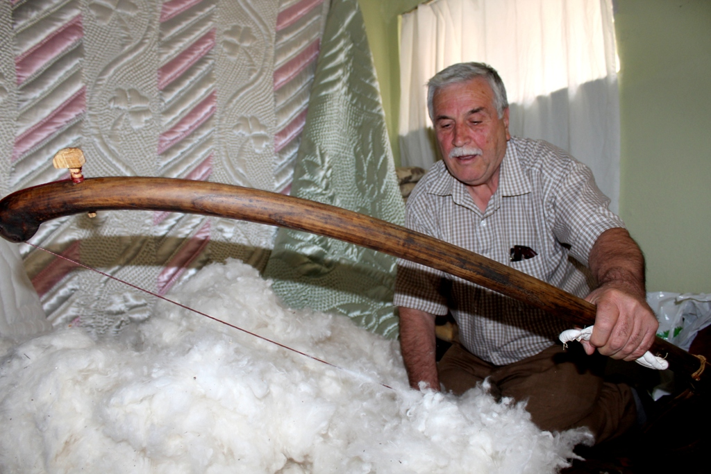 Processing wool with a bow